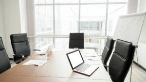 Mała sala konferencyjna – kameralna przestrzeń robocza
